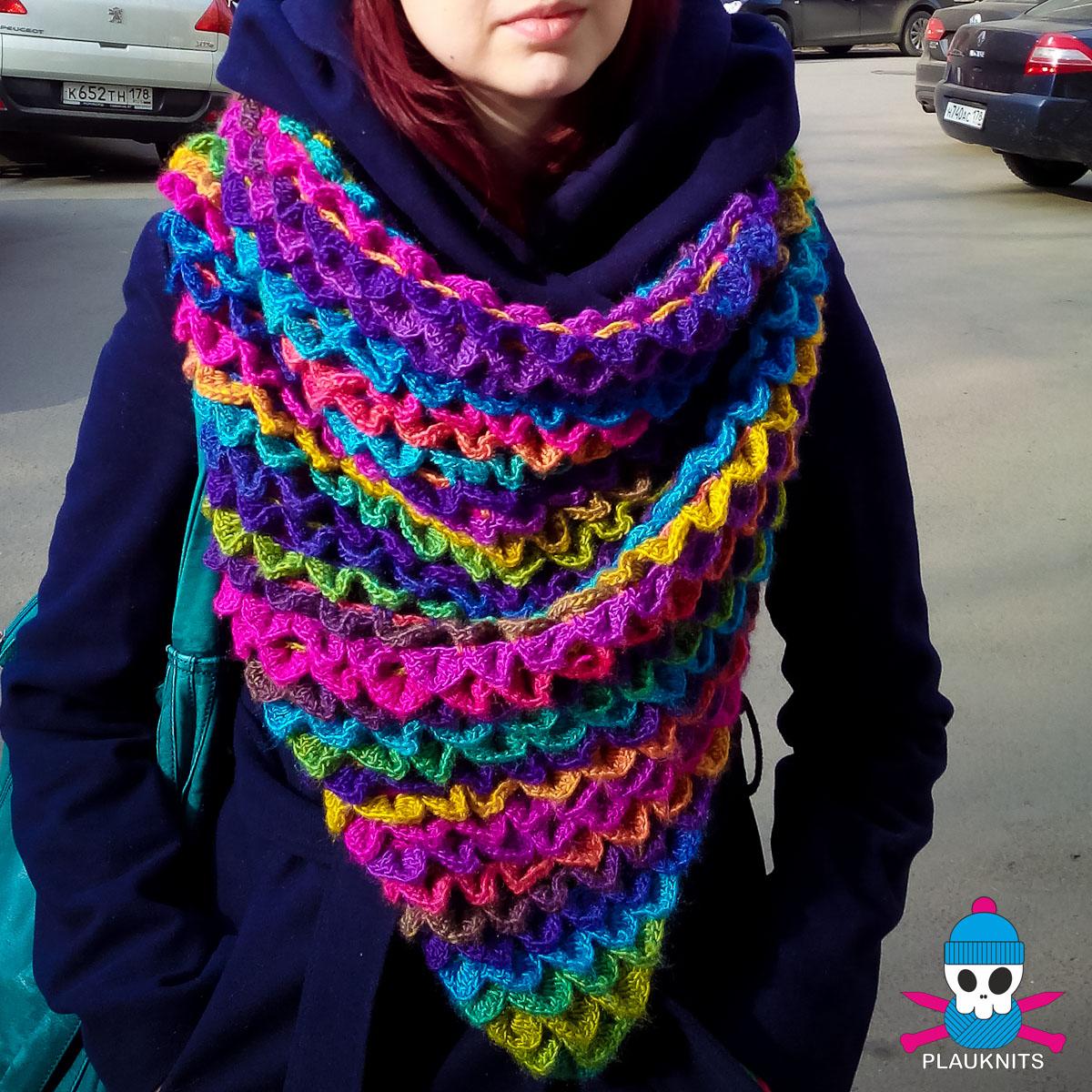 Яркий вязаный треугольный шарф