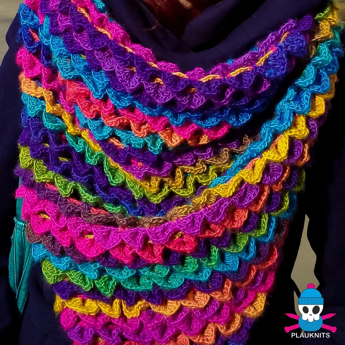 Яркий вязаный треугольный шарф PLAUKNITS