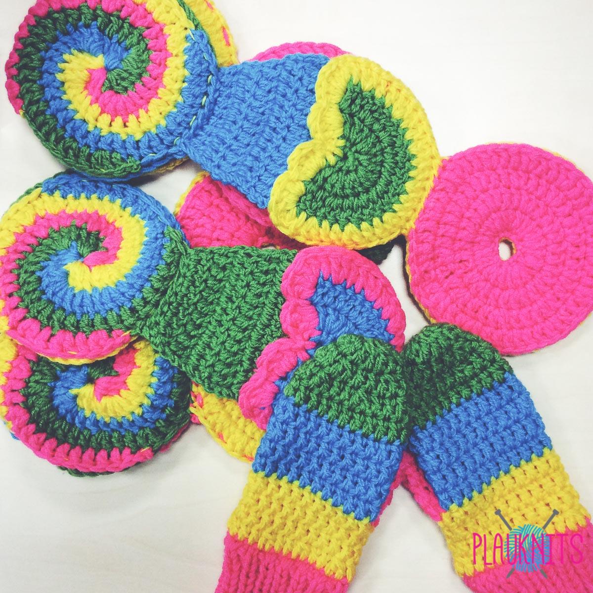 Вязаный комплект шарф и варежки с пироженками