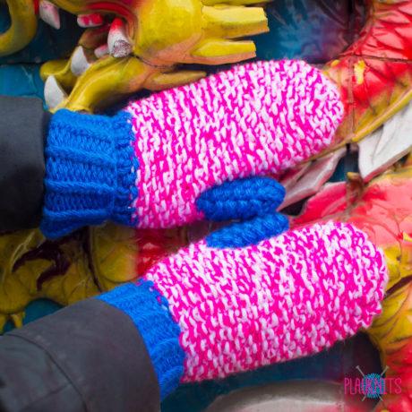 Розово-белые вязаные варежки ручной работы