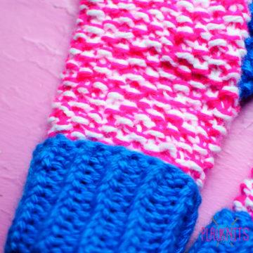 Розово-белые вязаные варежки