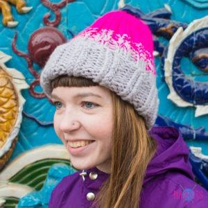 Серо-розовая вязаная шапка с подворотом Градиент
