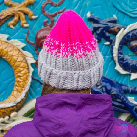 Серо-розовая вязаная шапка ручной работы Градиент