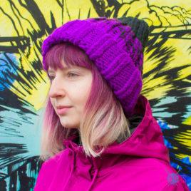 Фиолетово-чёрная вязаная шапка с подворотом Градиент
