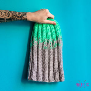 Серо-бирюзовая толстая вязаная шапка ручной работы Градиент