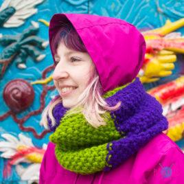 Фиолетово-зелёный вязаный шарф-снуд в два оборота Аллотропия