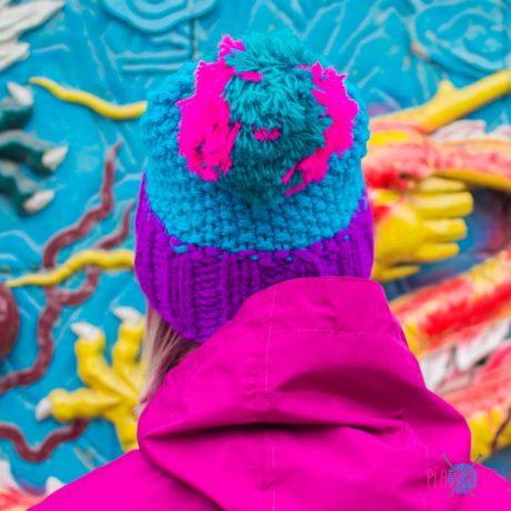 Сине-фиолетовая вязаная шапка с помпоном Квант