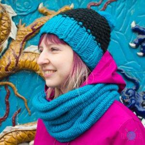 Чёрно-синий вязаный комплект шапка и шарф-снуд Чёткость линий