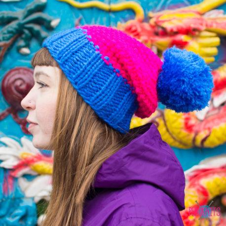 Розово-синяя вязаная шапка с помпоном Квант
