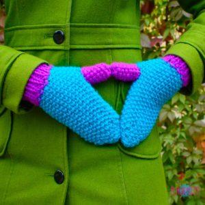 Сини-фиолетовые вязаные варежки Краски