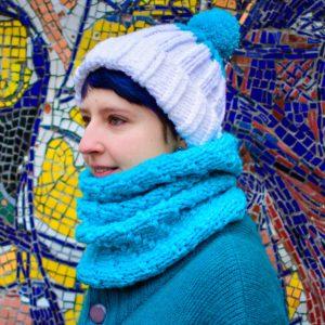 Бело-голубой вязаный комплект шарф-снуд и шапка с помпоном