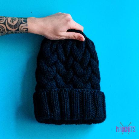 Чёрная вязаная шапка ручной работы с косами