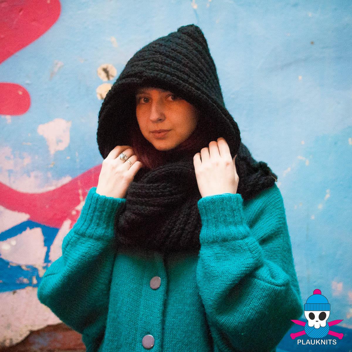 Чёрный вязаный шарф-капюшон