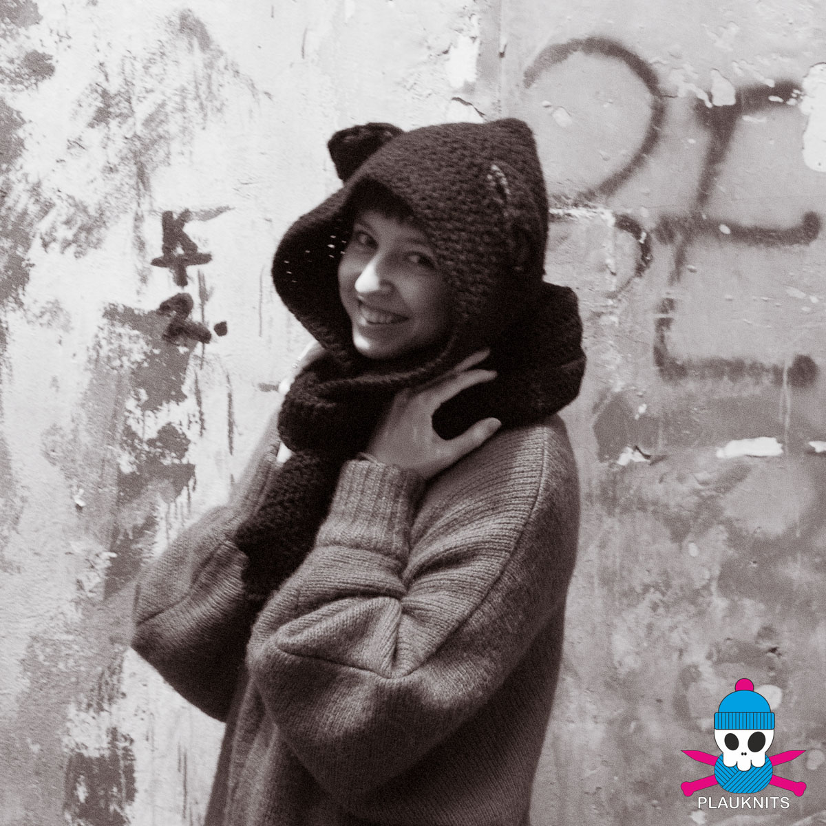 Чёрный вязаный шарф-капюшон с ушками