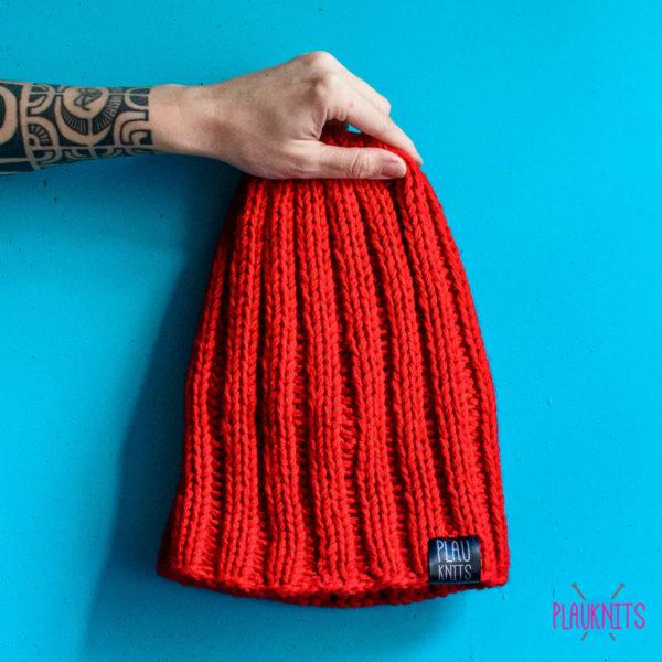 Красная вязаная шапка ручной работы